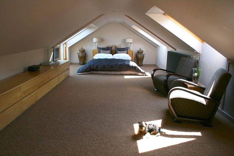 Как обставить полноценную спальню в простой мансарде