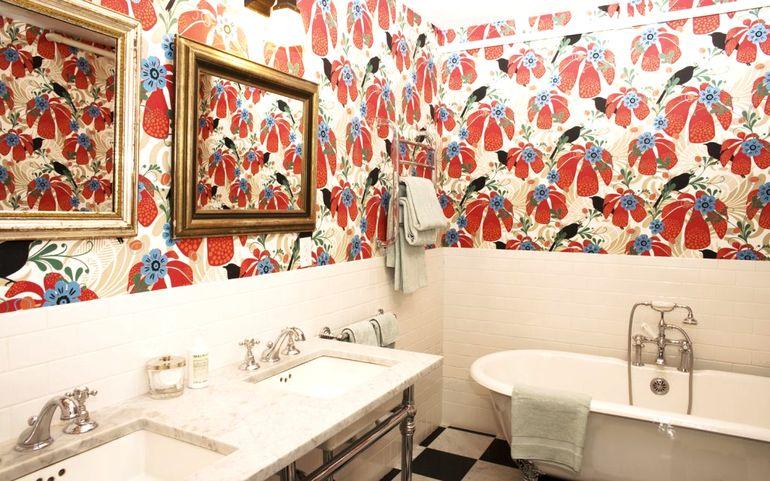 Какими обоями можно отделать даже ванную комнату