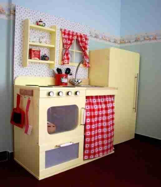 Детская кухня из фанеры своими руками изготовлена с использованием материала третьего сорта. Шпаклевка, шлифовка и покраска придали ей вполне пристойный вид.