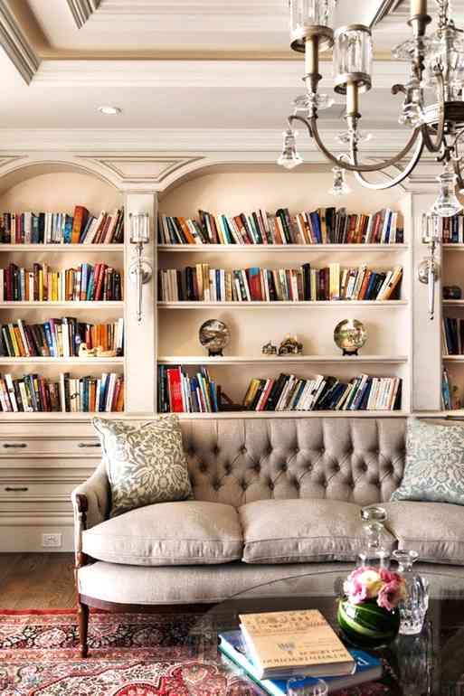 Как красиво обыграть домашнюю библиотеку в интерьере гостиной