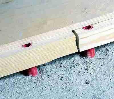 Фанера на пол по лагам обязательно на стыках занимает половину ширины лага. Это правило нужно стремиться выполнять как можно точнее