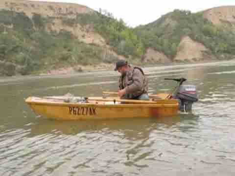 Фанерная лодка достаточно надёжна и остойчива