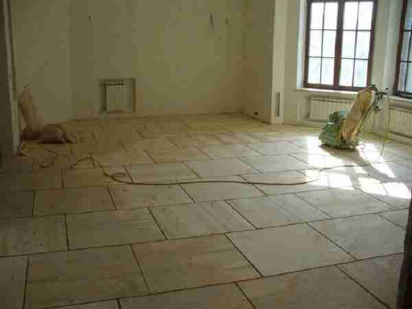 Фанерные листы, уложенные на бетонный пол