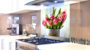 Какие преимущества у кухонного фартука из закаленного стекла