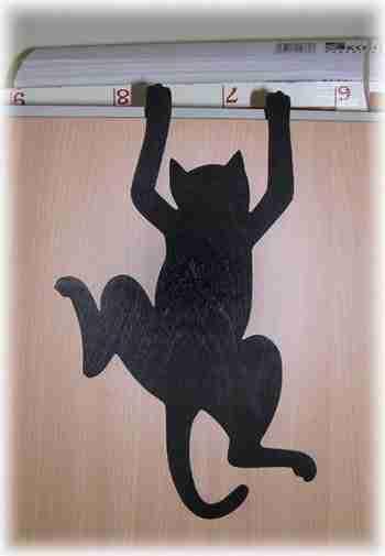 Фото: Имея чертежи животных из фанеры, можно, с помощью лобзика создать особую атмосферу в жилище, в том числе и веселую, например, этот кот из тонкой фанеры вызывает улыбку. Не так ли!
