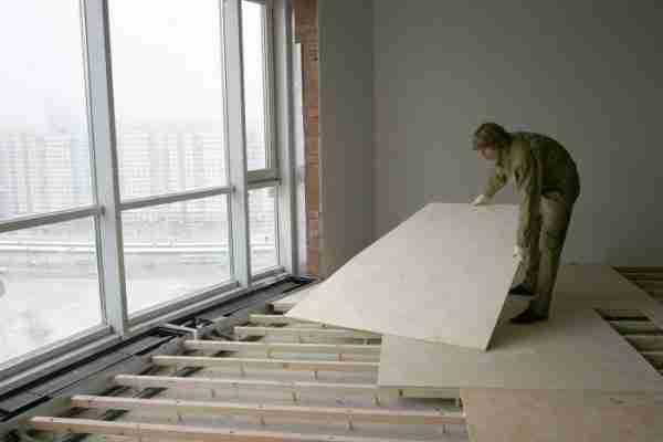 Фото: монтаж фанерных листов на регулируемые лаги по бетонному основанию