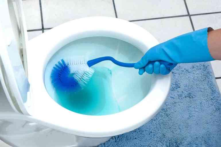 Как правильно избавиться от запаха в туалете