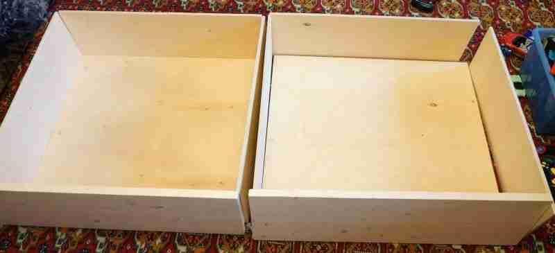 Из остатков фанеры легко собрать ящики для белья. Колесики сделают их выдвижными