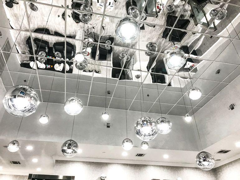 5 проблем интерьера, которые решит зеркальный потолок
