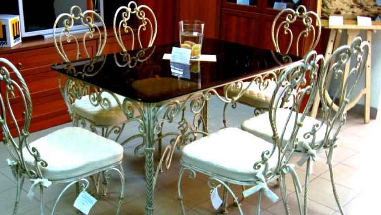Почему дизайнеры больше не любят одинаковые стулья в комнате