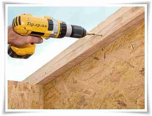 Крепёж OSB -плит, ввиду их высокой прочности, удобнее проводить с использованием инструмента, как показано на фото