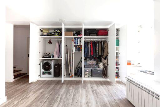 Куда поставить шкаф, если места в комнате совсем не хватает