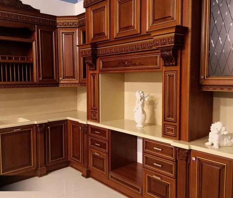 Кухня в классическом стиле с фасадом из массива дерева