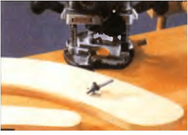 Ленточной шлифовальной машинкой обрабатываем поверхности шезлонга и кромки распила боковин и планок лежака.