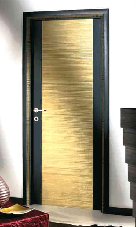 Оформляем входную дверь оставшимся линолеумом. Соседи будут завидовать.