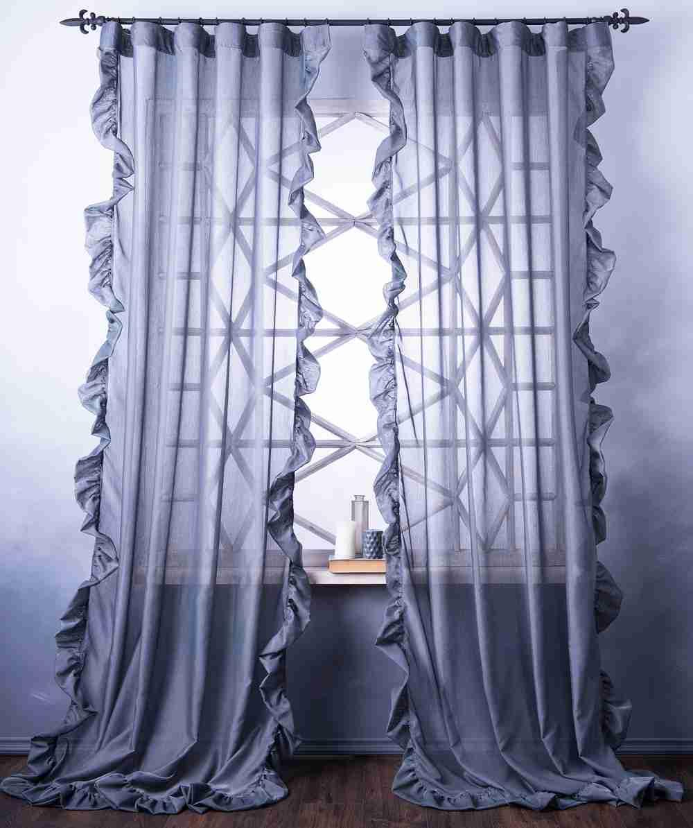 Лёгкие шторы визуально не нагружают пространство