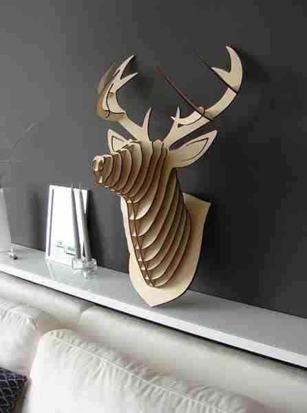 Любительское фото декоративного элемента в виде головы оленя, изготовленной из фанеры
