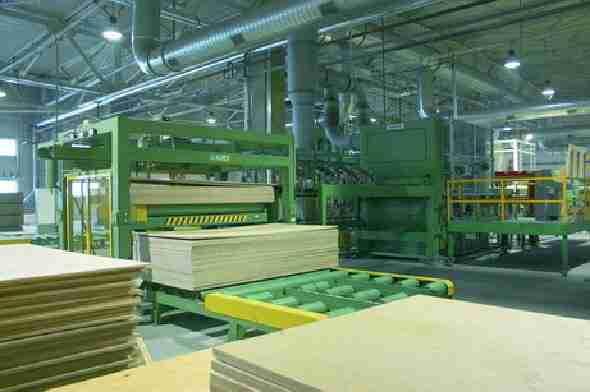 Любительское фото предприятия и его оборудования по производству фанеры
