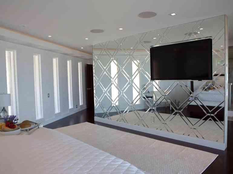 Как с помощью зеркальной стены и потолка увеличить высоту стен в спальне