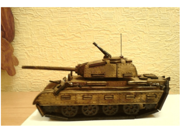 Модель танка из фанеры толщиной (3 – 5 мм), использовалась шлифовка фанерных элементов, соединение их клеем «Титан», грунтовка и покрытие акриловыми лаком и краской. На фото – результат проделанных действий, описанных выше.