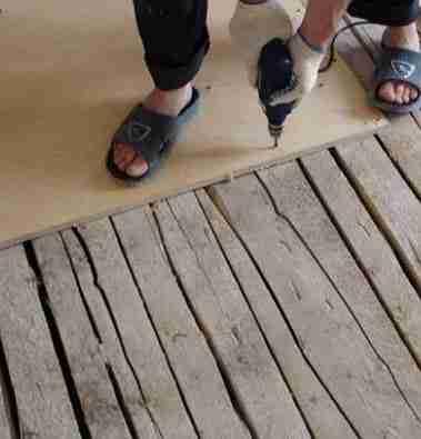 Можно стелить фанеру непосредственно на старый деревянный пол, если сами половицы и лаги, на которых они лежат еще крепкие и не сгнившие