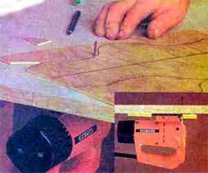 На фото - инструмент, закрепленный снизу рабочего стола.