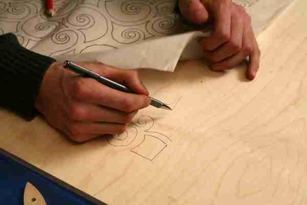 На фото – перенос рисунка на фанерный лист.