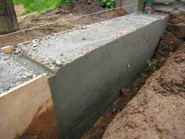 На фото – поверхность цементного раствора, после заливки в опалубку из фанеры, она практически идеальная
