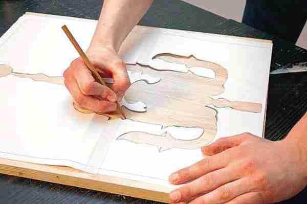 Нанесение рисунка на материал через трафарет.
