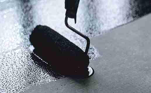 Обработка поверхности пола битумной мастикой