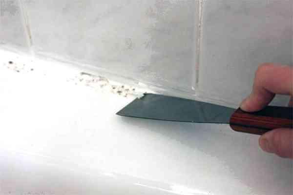Как лучше всего закрыть щель между стеной и ванной