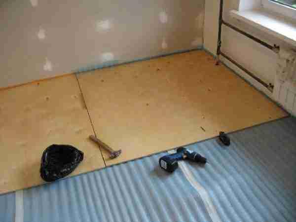 При проблемах с температурой в помещении, под фанеру можно укладывать теплоизоляционный материал
