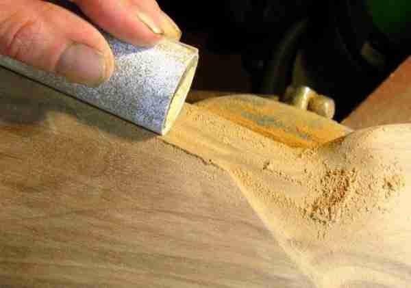 Процесс шлифовки краев фанеры мелкозернистой наждачкой