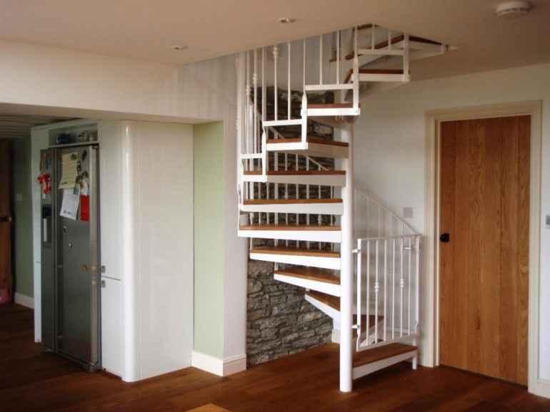 Интерьер прихожей в частном доме с лестницей (60+ фото)
