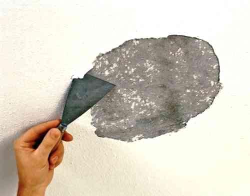 3 способа быстрой смывки старой побелки с потолка перед ремонтом