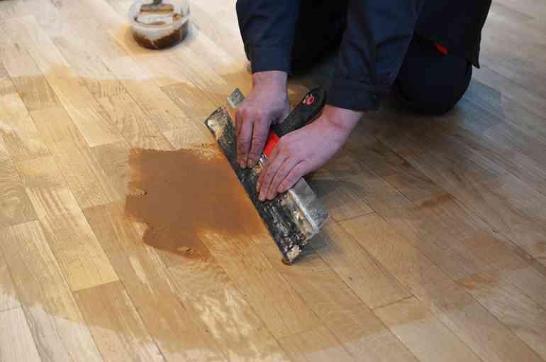 Какой материал не подойдет для заделки щелей в деревянном полу?