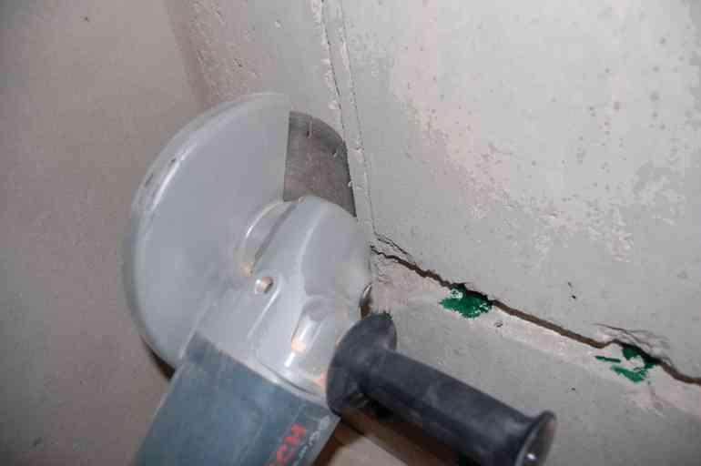 Как аккуратно и без пыли проштробить стены под электропроводку