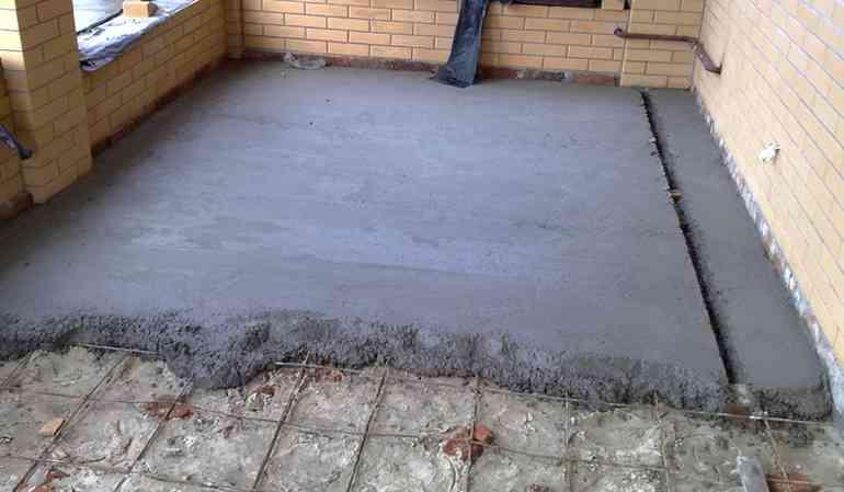 Почему не стоит заливать полы по грунту в холодное время года