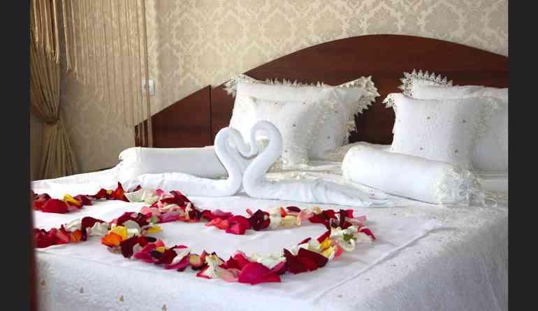 Украшения на кровати из полотенец