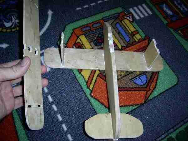 Устанавливаем крылья, предварительно наносим клей