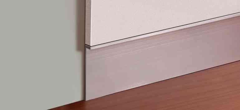 В каких случаях стоит сделать незаметные скрытые плинтусы в гостиной