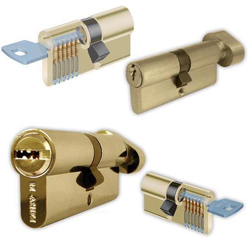 Защита дома при помощи механического замка и двери с кодовым замком