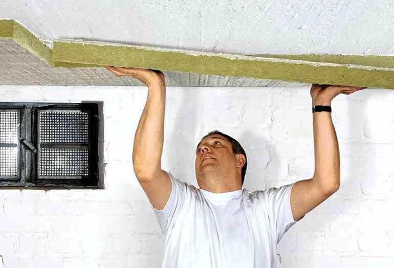 Почему чернеет потолок и как это побороть
