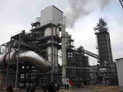 В масштабах целого завода клей для соединения шпона готовят прямо на производстве, что предполагает наличие дополнительной линии