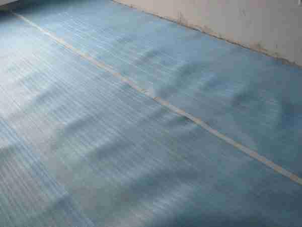 Вот так выглядит подложка под ламинат, ее можно использовать как под фанерой, так и на ней