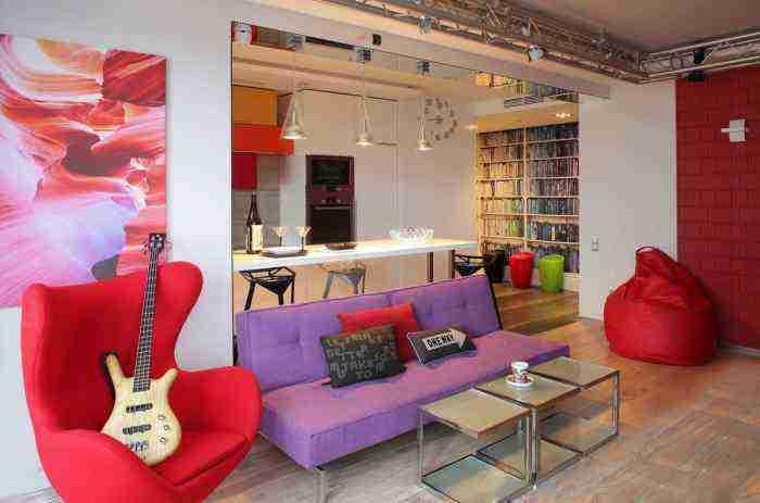 Яркий дизайн квартиры с малиновой мебелью