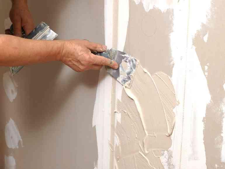 Почему нельзя оставлять трещины на стенах перед поклейкой обоев