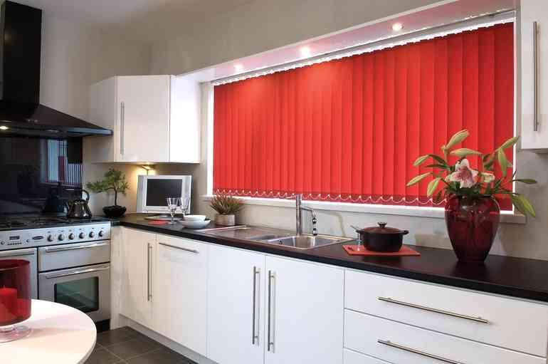 Как выбрать и красиво повесить шторы на кухне